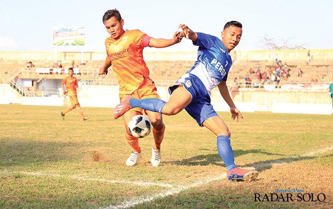 OPTIMISTIS: Laga Persebi Boyolali (jersey biru) pada kompetisi Liga 3 2019 di Stadion Pandan Arang.
