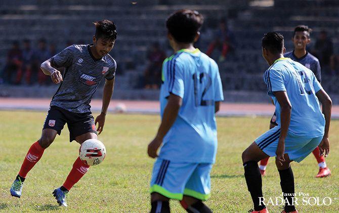 BIMBANG: Striker Persis Solo M Isa saat masih berseragam laskar Sambernyawa musim lalu.