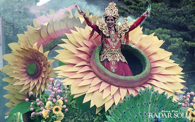 UNIK DAN MENARIK: Salah satu peserta Boyolali Smile of Java Carnival menaiki mobil hias sembari menyalakan flare di Jalan Pandanaran, Sabtu (30/11).
