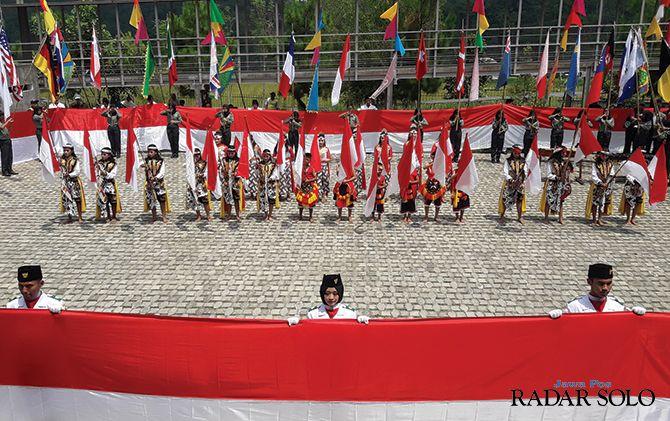 NASIONALISME: Anggota paskibra dan sejumlah seniman membawa sang saka merah putih di acara Festival Bendera, kemarin (1/12). Selain itu juga menampilkan bendera kerajaan Nusantara.