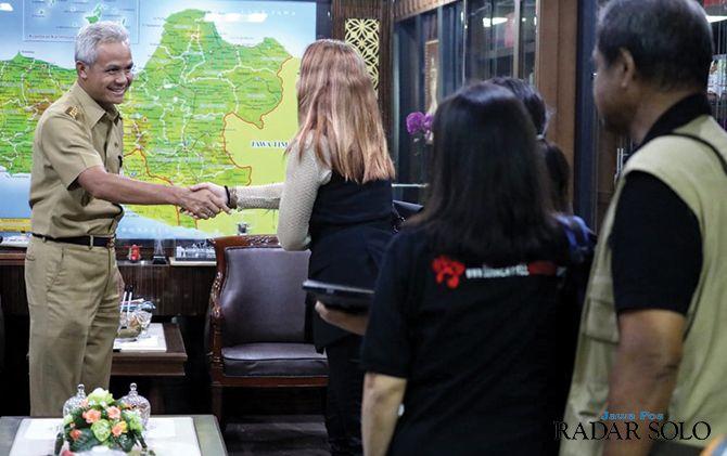 Gubernur Ganjar Pranowo menerima Koalisi Dog Meat Free Indonesia (DMFI) di ruang kerja Gubernur, Selasa (3/12). Gubernur dan Koalisi DMFI membicarakan penanganan peredaran anjing di Jawa Tengah.