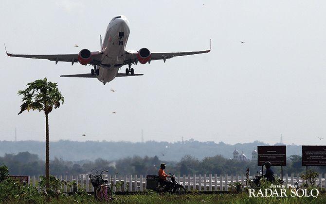 HARUS STERIL: Pesawat maskapai swasta take off di Bandara Internasional Adi Soemarmo, belum lama ini.