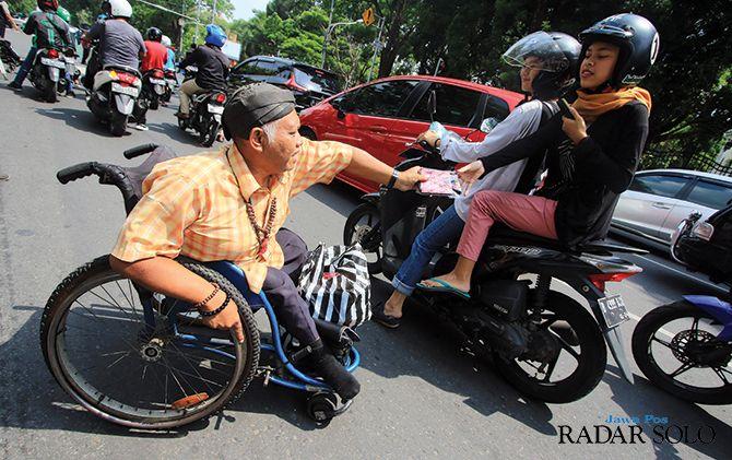 Komunitas Self Help Group (SHG) Kota Surakarta bagikan bingkisan ke pengguna Jalan Bhayangkara di Hari Disabilitas Internasional, Selasa (3/12)