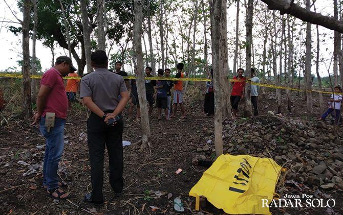 KEBUN JATI: Jajaran Polsek Mojogedang dan warga mengevakuasi mayat korban.