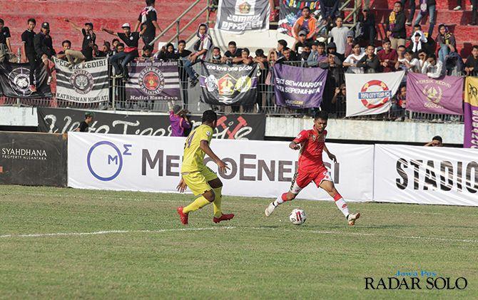 Striker Persis Solo (jersey merah) Nanang Asripin, saat melawan Persik Kediri di Stadion Wilis Madiun (6/7)