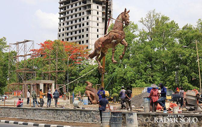 TETENGER: Pekerja meletakkan patung kudang di fondasinya di Jalan Ir. Sutami kemarin (5/12). Berikutnya giliran dipasang patung Ir. Soekarno.