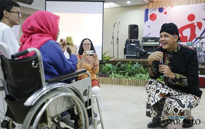Gubernur Jateng Ganjar Pranowo saat berbincang dengan penyandang disabilitas di bursa kerja Graha Wisata Niaga Solo, kemarin