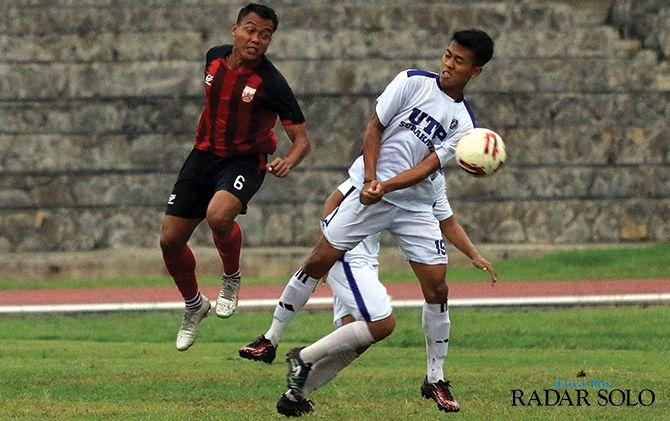 Gelandang Persis Solo Slamet Budiono (jersey merah) saat berjibaku dengan pemain PS UTP, Selasa (3/12)