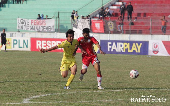 KEMBALI BERTEMU: Striker Persis Solo Nanang Asripin (jersey merah) saat berebut bola dengan pemain Persik Kediri di Liga 2 2019.