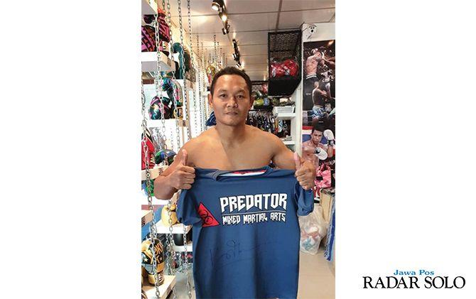 IKUT BANGGA: Legenda muay thai asal Thailand, Saenchai Sor ikut mengapresiasi prestasi sasana Predator MMA Indonesia.