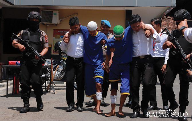 Dua residivis pelaku penjambretan dituntun polisi di Mapolres Sukoharjo