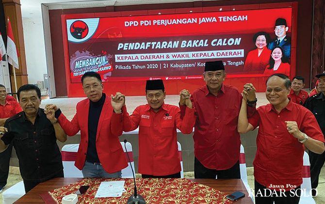 SERIUS Henry Indraguna saat mengambil formulir pendaftaran calon kepala daerah di Kantor DPD PDI Perjuangan Jawa Tengah