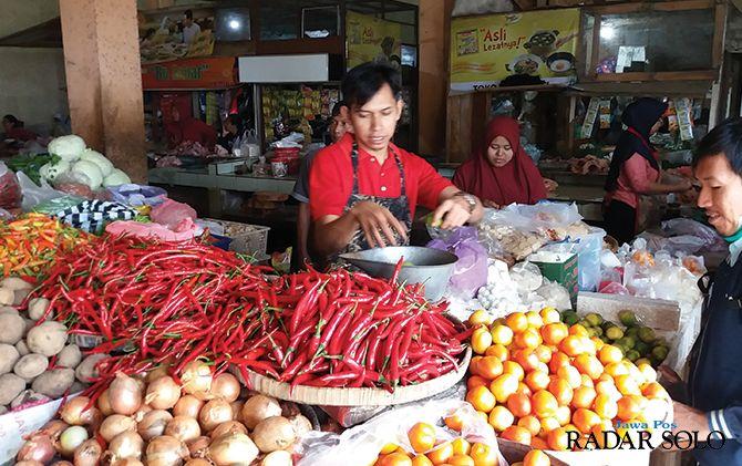 STABIL: Pedagang cabai dan sayur di Pasar Boyolali, kemarin (11/12).
