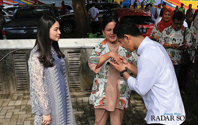 Gibram Rakabuming Raka meminta restu kepada ibunda Iriana Joko Widodo dan istri Selvi Ananda