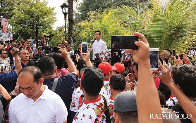 Gibran Rakabuming Raka menyampaikan orasi di hadapan relawan sebelum berangkat ke DPD PDIP Jateng untuk mendaftar bakal calon wali kota