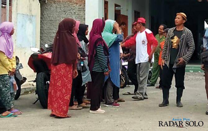 PROTES: Belasan warga terdampak proyek Waduk Jlatah di Desa Tlobo, Jatiyoso meminta nilai ganti rugi dinaikkan.