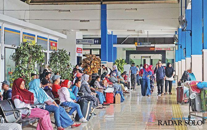 Suasana ruang tunggu di Terminal Ir Soekarno Klaten yang mulai dipadati penumpang