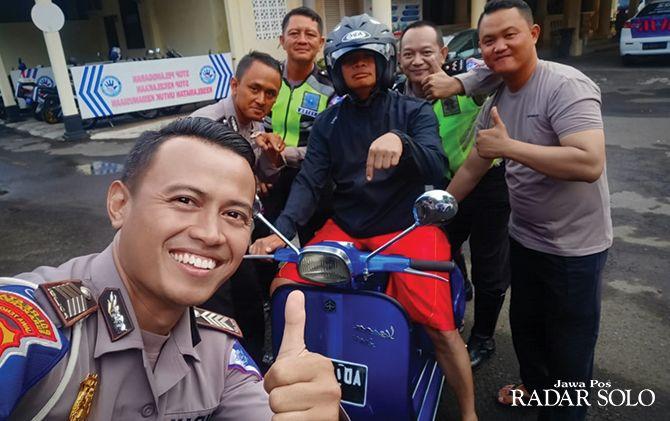 SULIT DIKENALI: Kompol Busroni mengendarai motor untuk mengecek anggotanya yang bertugas di lapangan.