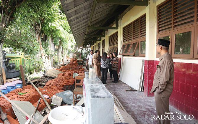 HARUS DIROBOHKAN: Anggota komisi IV DPRD Surakarta tinjau SDN Sabranglor Nomor 78 Mojosongo.