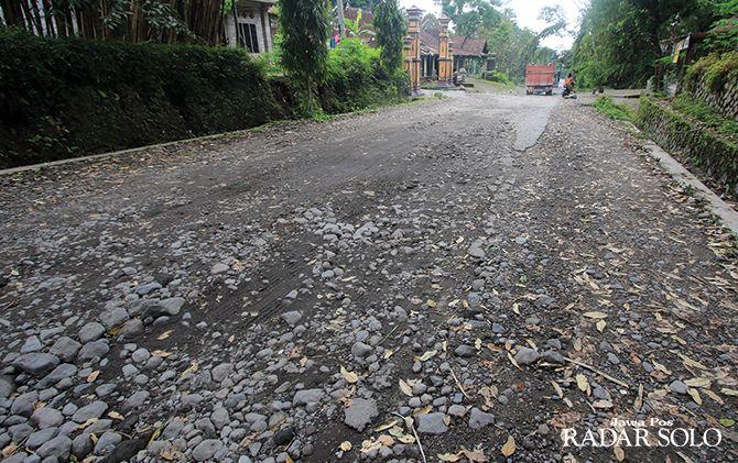 RUSAK PARAH: Truk galian C melintasi jalur evakuasi Merapi di Desa Tangkil, Kecamatan Kemalang, Klaten, kemarin (5/1). Warga meminta jalur ini segera diperbaiki.