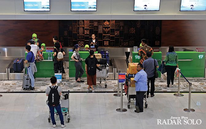 TERIMBAS TOL: Penumpang antre check in tiket pesawat di Bandara Adi Seomarmo, belum lama ini.