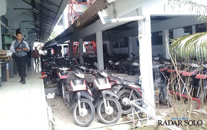 PELAT MERAH: Bekas motor dinas kades/lurah terparkir di kantor Setda Sukoharjo.