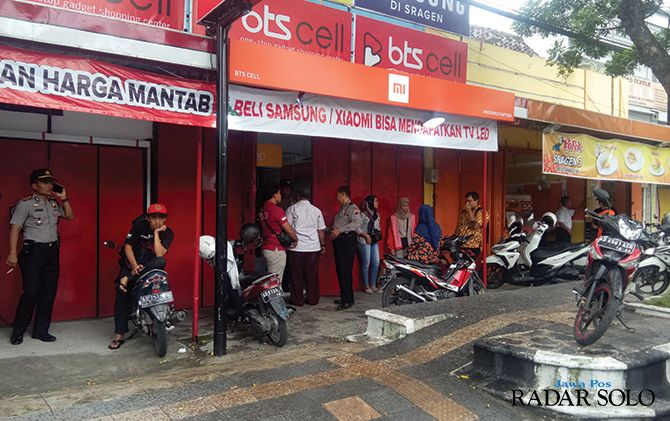 Polisi menggelar olah TKP di konter BTS Cell di jalan raya Sukowati