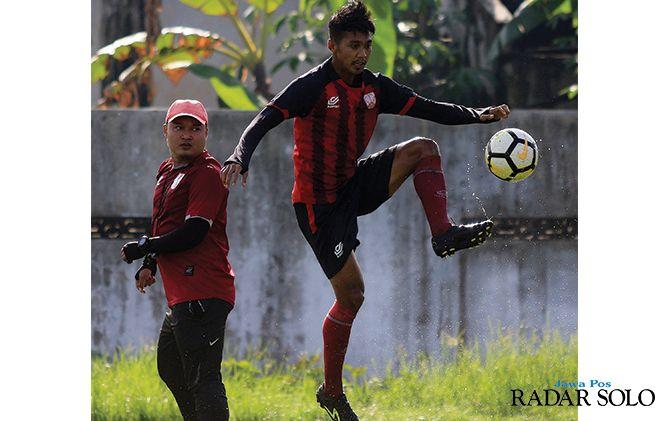 Striker Persis Solo M. Isa mengambil bola di sesi latihan di Lapangan Dibal Boyolali, Selasa (7/1)