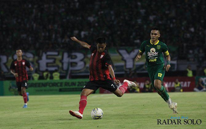 Winger Persis Solo Hapidin (jersey merah) saat bermain kontra Persebaya Surabaya di Stadion Gelora Bung Tomo (11/1)