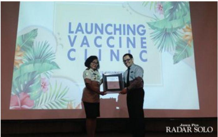 SIMBOLIS: Perwakilan KKP Kelas II Semarang Halena Isrumani Duke dan Dirut RS JIH Solo Didit Novianto saat launching vaccine clinic, kemarin (15/1).