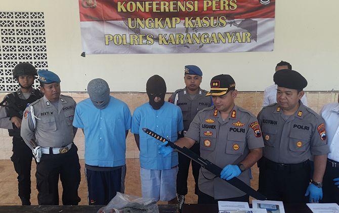 Kapolres Karanganyar AKBP Leganek Mawardi tunjukkan tersangka pencurian hewan beserta barang bukti pedang