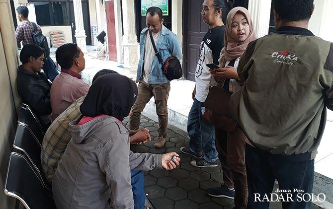 Orang tua korban, NH (kerudung hitam) melapor ke unit PPA Polres Sukoharjo kemarin