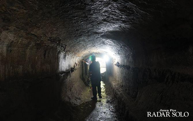 Danang dan Suryanto menunjukkan mulut terowongan yang mengarah ke Sungai Pusur