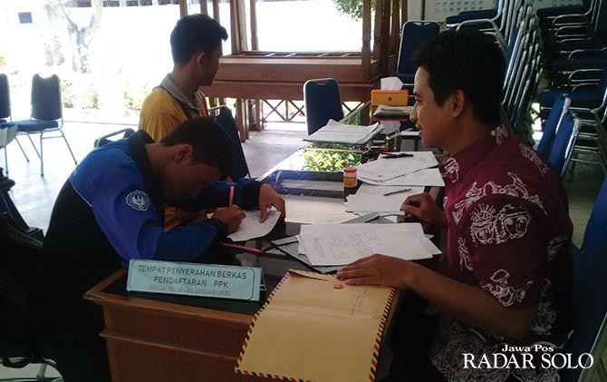 DIMINATI: Salah seorang pelamar panitia pemilihan kecamatan (PPK) Sukoharjo menyerahkan berkas kelengkapan,Jumat (24/1). Pengumuman kelolosan pada 15 Ferbruari mendatang.