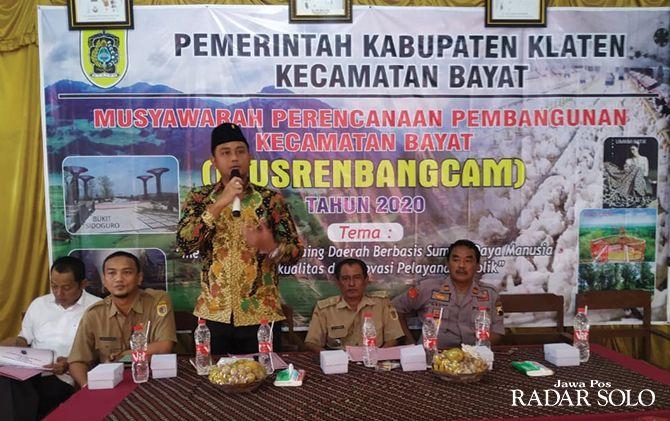PARTISIPASI :Ketua DPRD Klaten, Hamenang Wajar Ismoyo saat Musrenbang di Kecamatan Bayat memberikan sambutan.