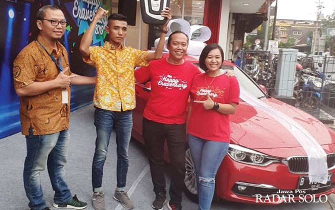 SUMRINGAH: Solichin Huda mendapatkan grand prize mobil BMW 320i Luxury dari Erajaya Group.