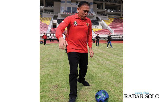 CICIPI RUMPUT EMPUK: Ketua Umum PSSI Mochamad Iriawan menggiring bola saat memantau kualitas fasilitas di Stadion Manahan, kemarin (9/2).