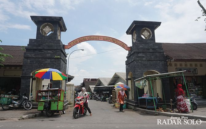 DIHIBAHKAN: Warga beraktivitas di pintu utama Pasar Cokro Kembang yang ada di Desa Daleman, Kecamatan Tulung, Kabupaten Klaten, kemarin (9/2).