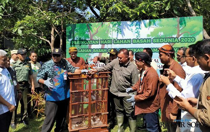 PEDULI :Pelepasan burung dan penanaman pohon di Taman Kehati untuk menjaga kelestarian dan keseimbangan alam.
