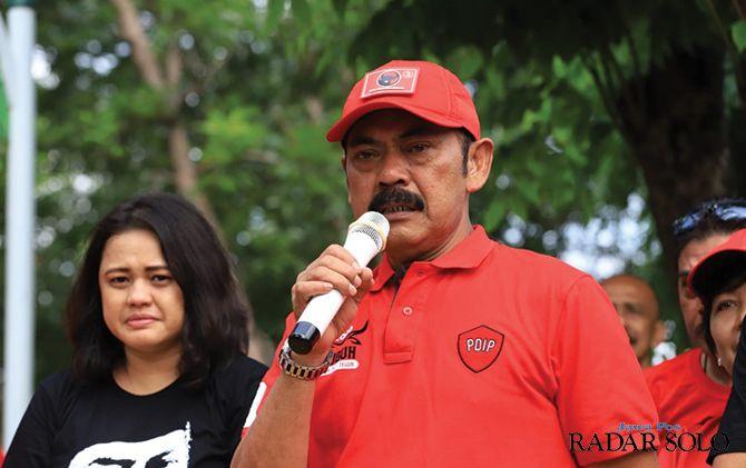 Ketua DPC PDIP Solo F.X. Hadi Rudyatmo saat memimpin penanaman pohon sala dalam rangka memperingati ulang tahun PDIP.