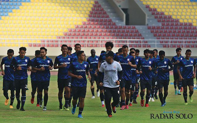 Pemain Persis Solo menjalani latihan di Stadion Manahan, Jumat (14/2).