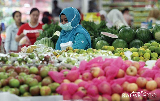 TERDAMPAK: Komoditas buah lokal dijual di salah satu supermarket besar di Kota Solo. Wabah korona di Tiongkok menyebabkan keran impor buah macet.