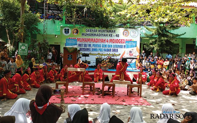 BUDAYAKAN MEMBACA: Peserta foto bersama usai Gebyar Trayout SD/MI, Pentas Seni dan Literasi Membaca di SMP Muhammadiyah 4 Mojogedang, Minggu (16/2).