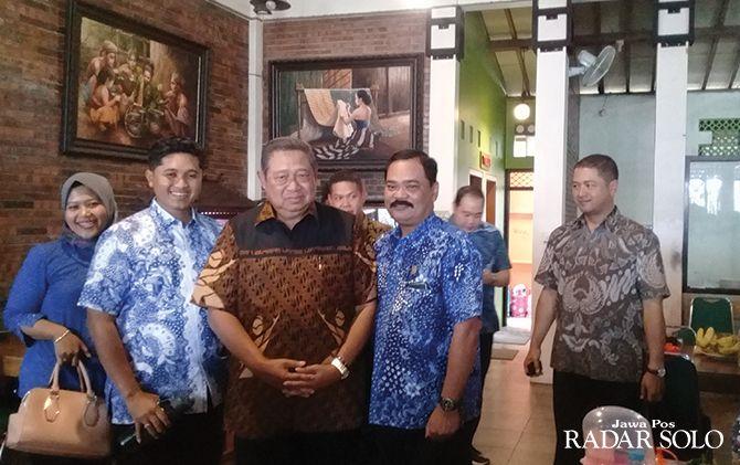 Presiden ke-6 Susilo Bambang Yudhoyono mampir ke warung makan ayam goreng di Sukoharjo, Kamis (20/2).