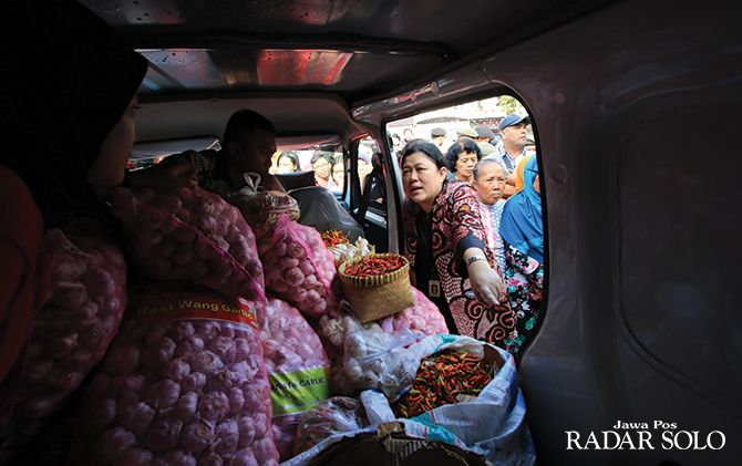 RINGANKAN BEBAN MASYRAKAT: Pasar murah bawang putih di Pasar Gede Solo, program Kementerian Pertanian diserbu warga, belum lama ini.