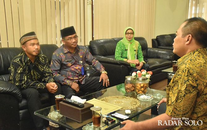 Amirudin (paling kiri) bersama kepala SDN 3 Wukirsawit menemui Bupati Juliyatmono, kemarin.