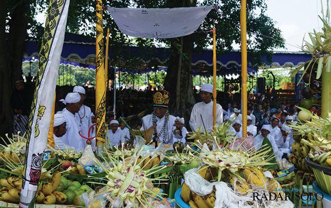 HIGIENIS DAN STERIL: Prosesi upacara Melasti yang digelar umat Hindu Klaten di Umbul Geneng, Desa Ngrundul, Kecamatan Kebonarum, kemarin (15/3).