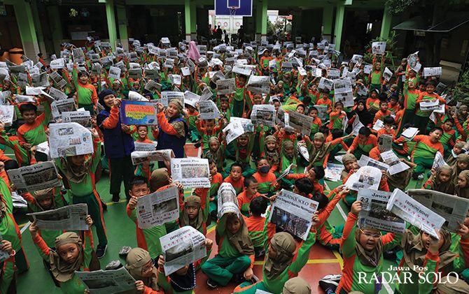 GEMBIRA BERSAMA: Ratusan siswa SD Muhammadiyah 1 Ketelan, Surakarta saat mengikuti Literasi Kesehatan, Budaya, dan Covid-19 di halaman sekolah setempat, Jumat (15/3).