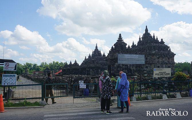 KECELE: Wisatawan tertahan di pintu masuk kawasan wisata Candi Plaosan, Desa Bugisan, Kecamatan Prambanan, kemarin (16/3).