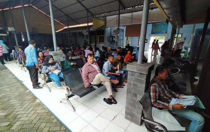Antrean warga pemohon layanan adminduk di kantor Disdukcapil Karanganyar masih cukup banyak, Selasa (17/3.